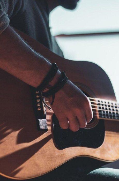 Entre Cuerdas – 3 consejos para comprar tu primera guitarra acústica