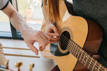 Cómo optimizar la técnica para tocar la guitarra con tu mano derecha