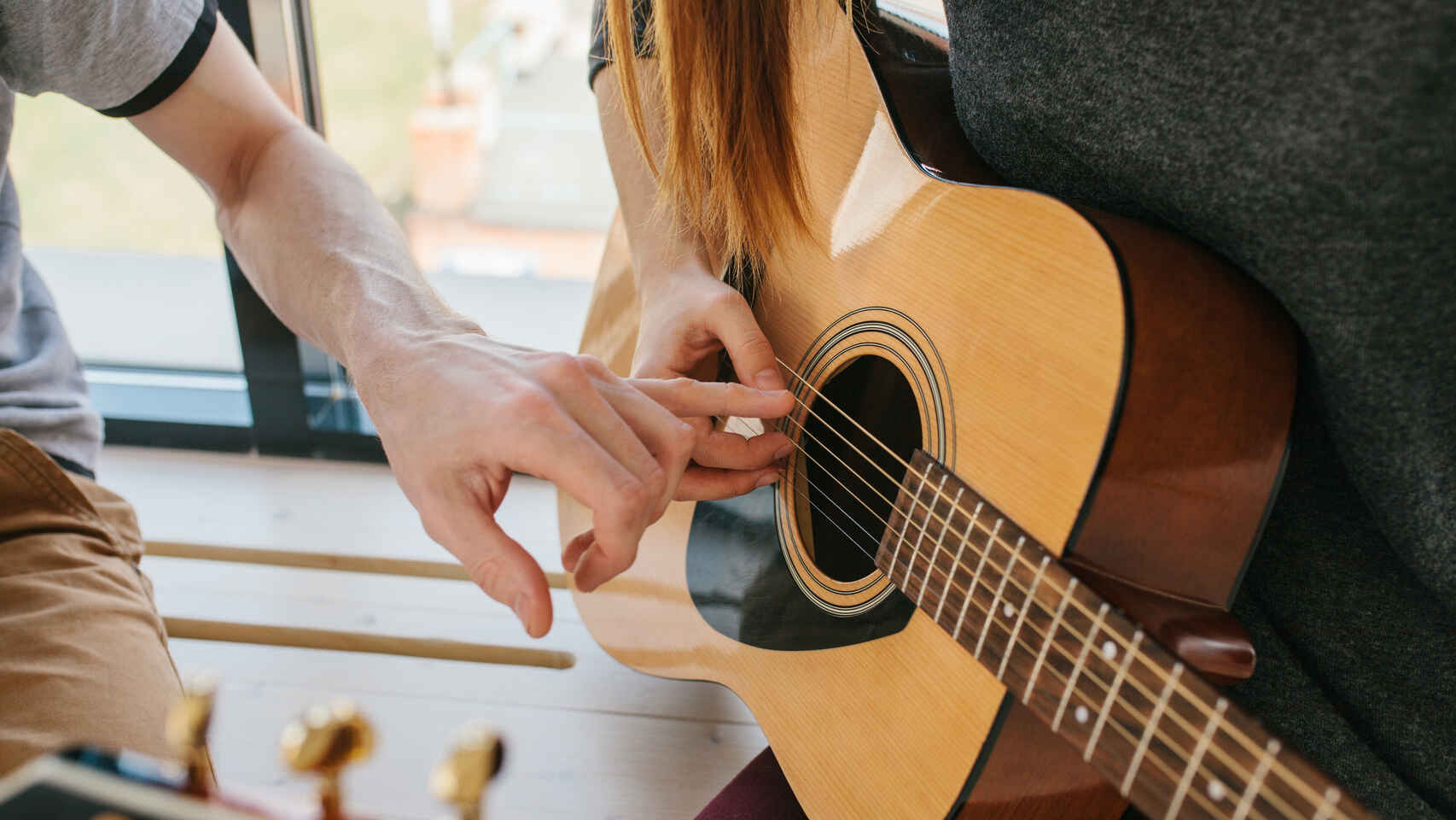 aprender-postura-guitarra-acustica